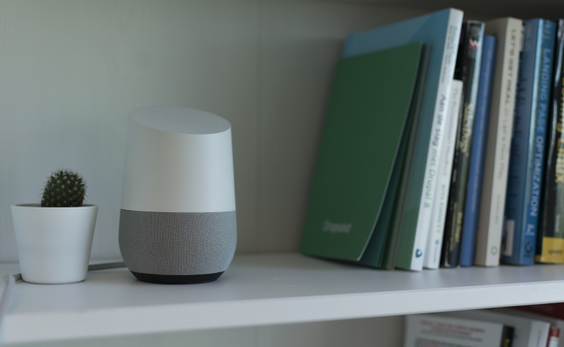 Google Home speaker in kast
